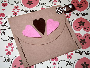 Felt pouch with pink & brown hearts