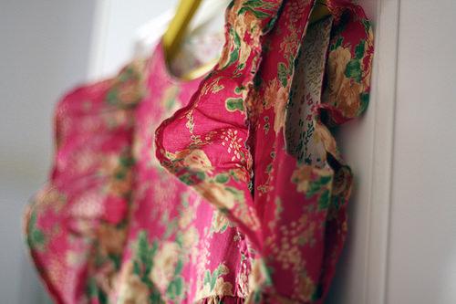 Dress w shoulder ruffle detail